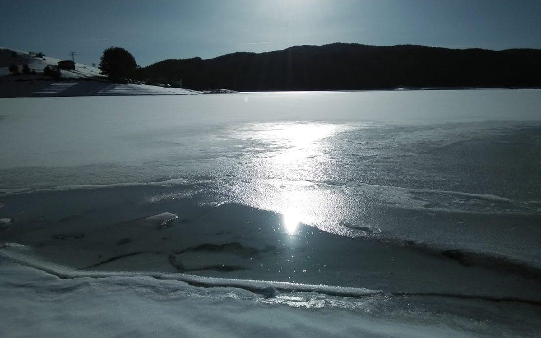 Спокойствието на водата през зимата (видео)